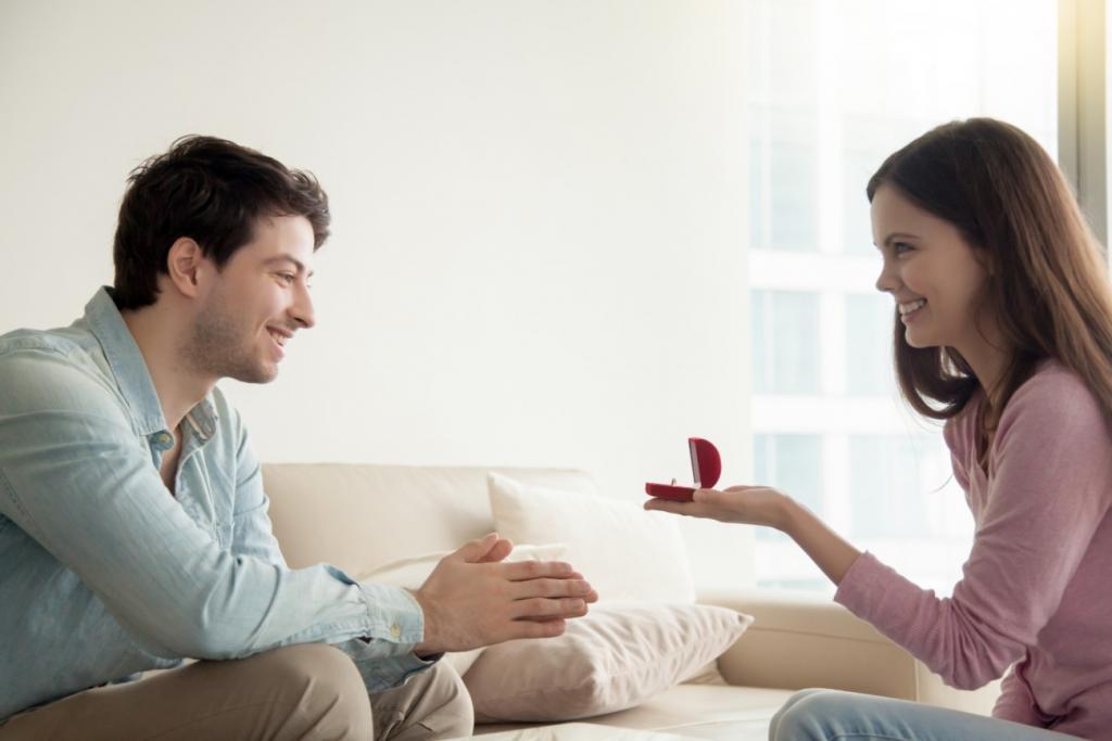 woman proposing to man